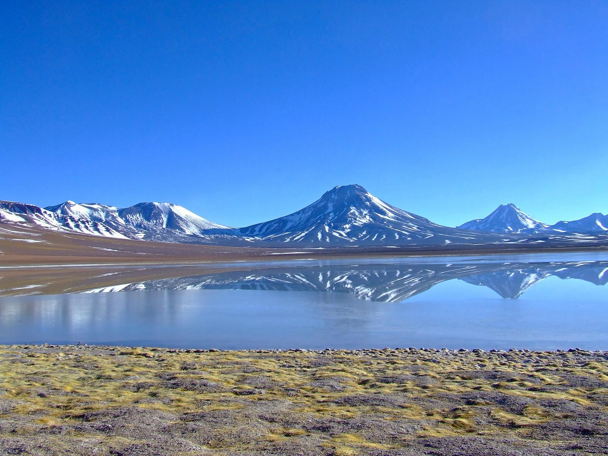 isquierda-volcan-Lascar-al-centro-volcan-simbad-atras-volcan-pili-en-altiplano-andino-2k