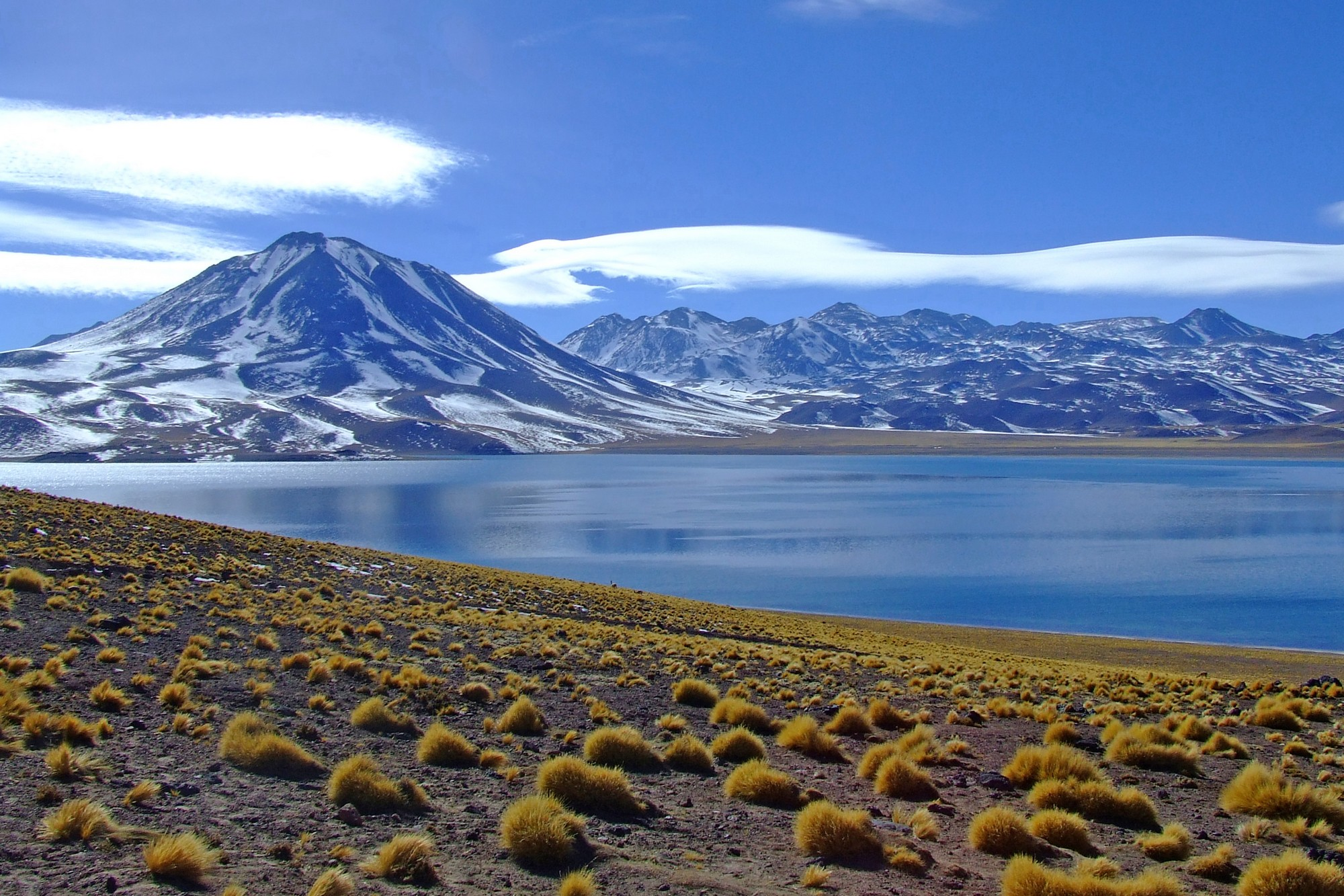 lagunas-altiplanicas-volcan-y-laguna-miscanti-2k