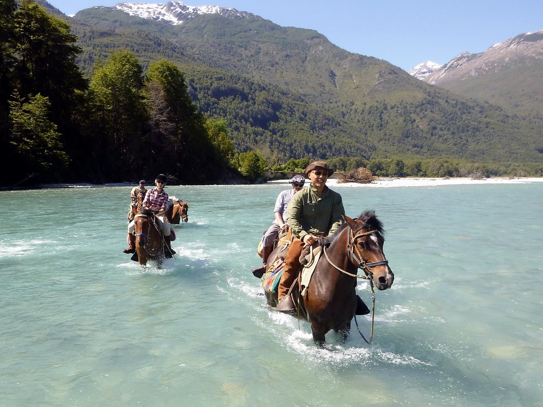 1500-huaso-Crossing-the-Ventisqueros-River